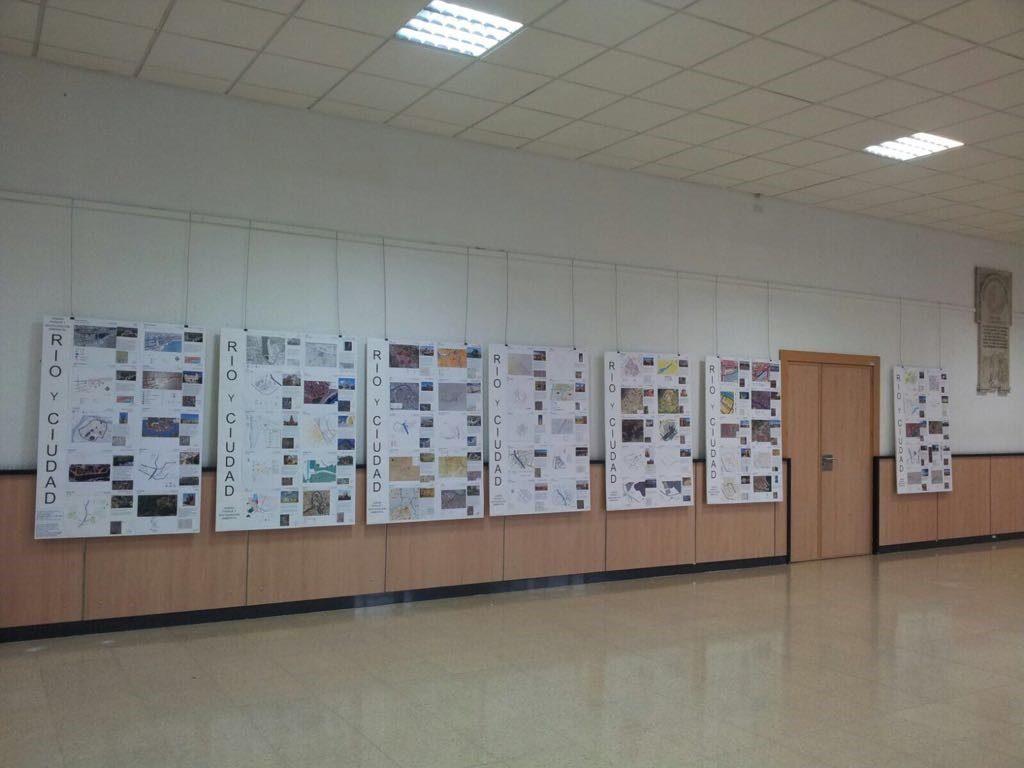 Exposición de trabajos en el hall de la Escuela Técnica Superior de Ingenieros de Caminos, Canales y Puertos